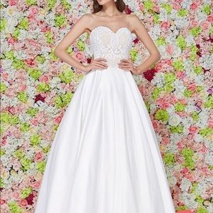 Angela and Alison White Gorgeous Gown size 4